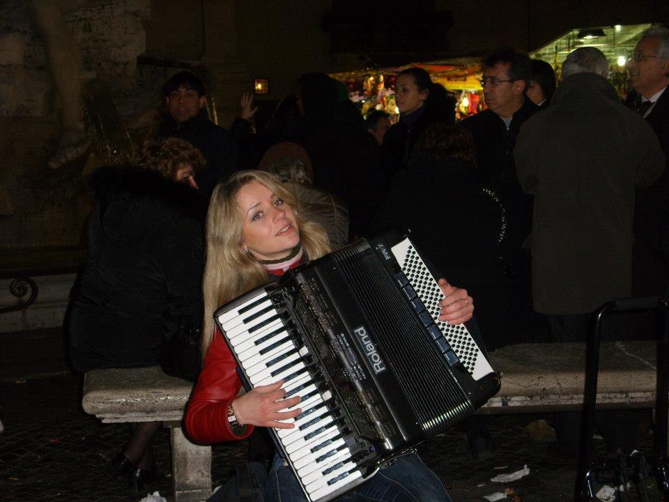 donne-italiane-dols-musicista-strada