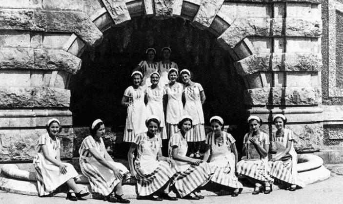 Montecatini Terme. Gruppo di mescitrici presso la fonte detta           del Cipollo, stabilimento Tettuccio, anni Quaranta. Collezione Roberto Pinochi.