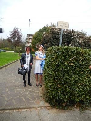 Siliana Biagini e una giovane in divisa daa mescitrice con l'intitolazione appena scoper_