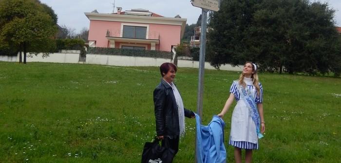 intitolazione parco Rita Levi Montalcini-Siliana Biagini e una giovane in abito da mesci_