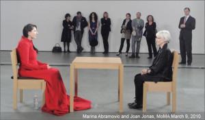 Joan Jonas e Marina Abramovič durante una sua famosa performance