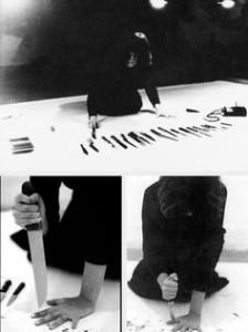 Marina Abramovič durante la sessione con i coltelli - Rhythm10 - 1973