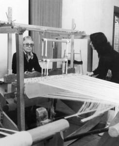 anni 70: a sx. la maestra tessitrice Maria Ciccotti 1911/1992 con l'allieva Franca Caprodossi oggi 66 anni.