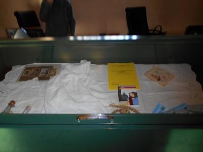 Pescia-Archivio-bacheca con manufatti femminili