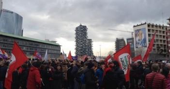 Gay: oltre mille a presidio Milano contro convegno famiglia