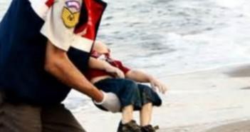 bambino-curdo-conchiglia-nel mare